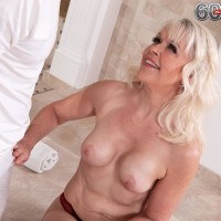 Beautiful grannie Gal S blows her masseuse after rubdown and losing her brassiere
