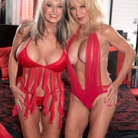 Older blondes Sally D'Angelo and Cara Reid delivering double oral jobs during threeway